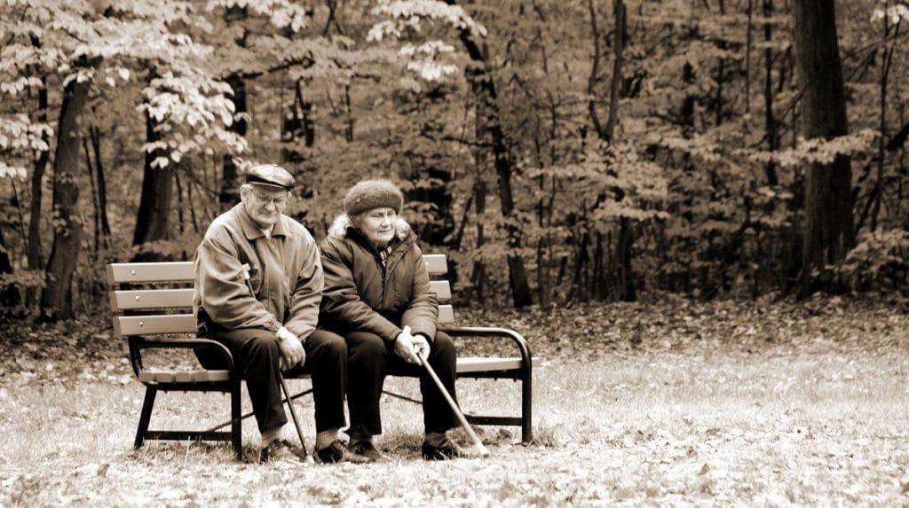 Personas mayores usando un telefono inalambrico